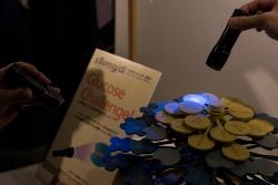 ブラックライトを当てると血糖値が上がりやすい食べ物が光る(写真:小野瑞希)
