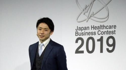 ジャパン・ヘルスケアビジネスコンテスト2019でプレゼンする中尾氏