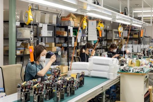 タムラテコでオゾン装置をセル生産する様子