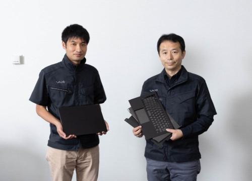「VAIO Z」でメカ設計を担当したVAIOテクノロジーセンターメカ設計部テクニカルアーキテクトの浅輪 勉氏(右)と、製造技術を担当した同社製造・EMS本部 技術&製造部技術課の清水慎也氏(左)