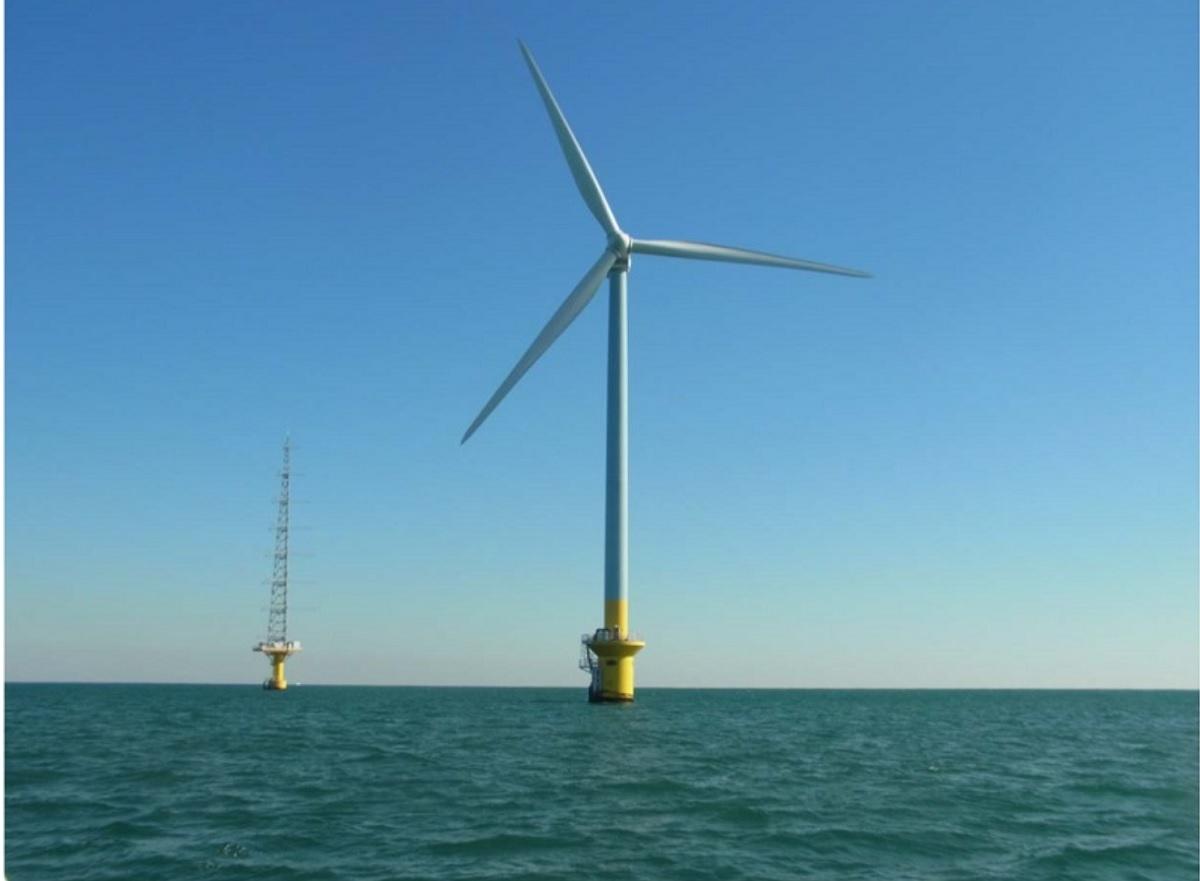 銚子沖洋上風力発電所 左が風況観測タワー、右が洋上風力発電設備  (出所:東京電力HD)