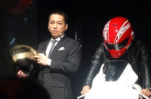 スマートヘルメットを発表するJDI常務執行役員の伊藤嘉明氏(左)