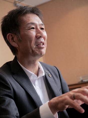 小木曽 聡(おぎそ・さとし)。1961年生まれ。東京都出身。83年3月に東京工業大学工学部機械工学科卒業後、同年4月にトヨタ自動車入社。ハイブリッド車(HEV)の3代目「プリウス」や「アクア」の開発責任者を務めた。常務理事、常務役員などを経て、2015年6月にアドヴィックス社長に就任。18年にトヨタに戻り、専務役員、CV Company President、執行役員を歴任。21年2月に日野自動車顧問、同年6月から社長として指揮を執る。(写真:加藤 康)
