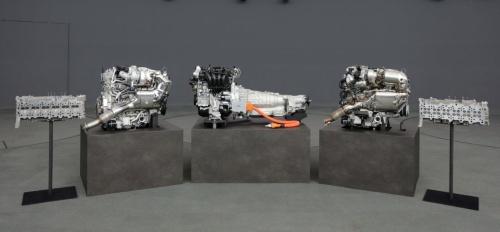 中央が2022年に投入予定のPHEVシステム、その両横が直列6気筒エンジン
