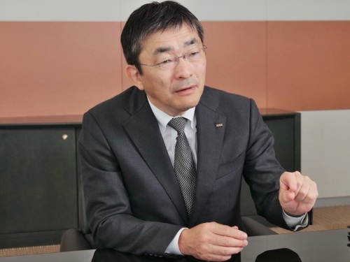 「議論抜きでドコモ完全子会社化が認められる状況に違和感がある」と語るKDDI社長の髙橋誠氏