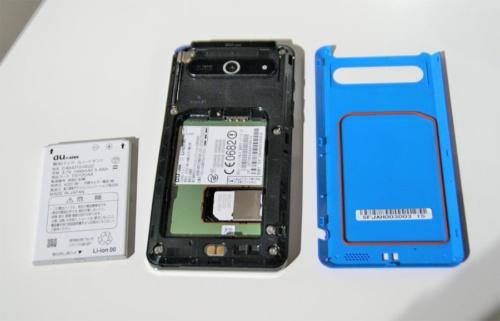 2011年にauが発売した「ARROWS Z ISW11F」の裏蓋を外したところ。以前はiPhone以外のスマートフォンであれば、ユーザーがバッテリーを着脱できるものが一般的だった。写真は2011年9月26日のau新商品・新サービス発表会より(筆者撮影)