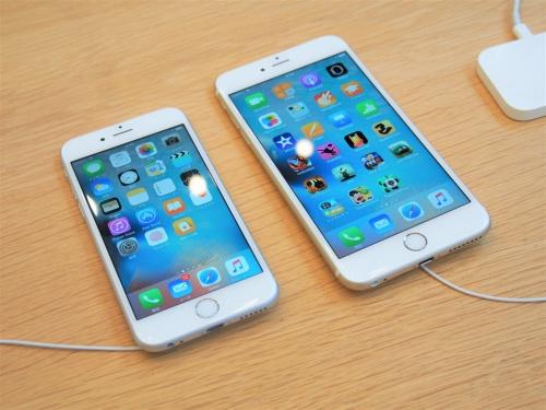 バッテリー劣化に対応するためのパフォーマンス低下が実施されたのはiOS 10.2.1からで、iPhone 6、iPhone 6sなどがその対象となっている。写真は2015年9月25日のアップルストア表参道におけるiPhone 6s/6s Plusの発売イベントより(筆者撮影)