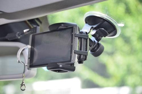 走行中は常に録画するようにしていたため動画の解像度を低くし、長時間録画が可能なように設定したXperia arc SO-01C。後付の広角レンズを装着している