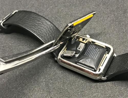 バッテリーの膨張で文字盤は剥がれたが、扁平状のケーブルがつながっているので機能は正常に動作している