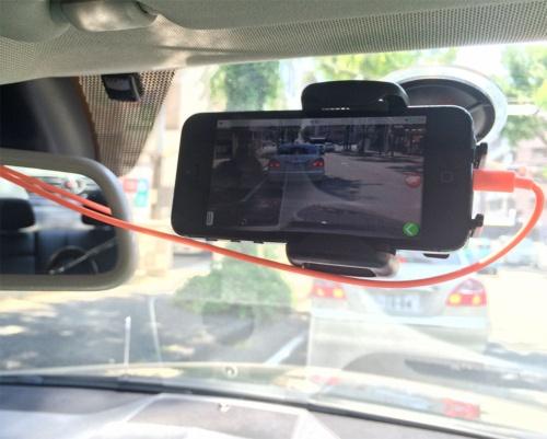 「リヒター」というドイツ製の車載アダプターを利用してiPhone 5をフロントガラスに装着して使用。12Vの車内電源から給電