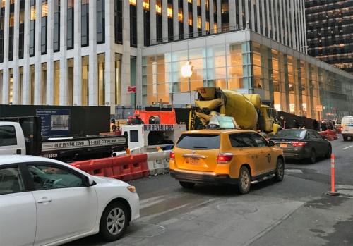 米ニューヨーク5番街にあるアップルストア「Apple Fifth Avenue」。クリスタルキューブの特徴的な外観を持つ。現在は改装中で、隣に仮店舗を設置して営業している