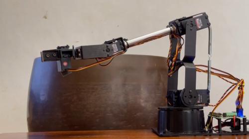 「リモート除夜の鐘」のロボットアームと鐘。「joyanokane」というコマンドを受け付けると、ロボットアームが動いて鐘を鳴らした