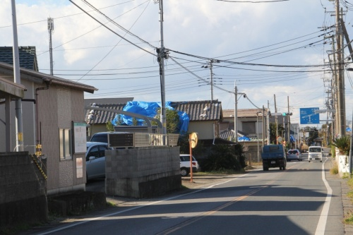 2019年12月27日に取材で訪れた千葉県鋸南町の様子。屋根のブルーシートが目立つ。剥がれているブルーシートが少なくない(写真:日経 xTECH)