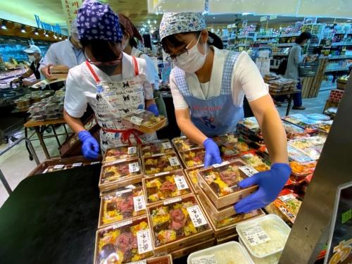 2020年9月、三善の店頭で「『華の17歳』バラちらし寿し」などを販売する掛川西高校食物研究部の生徒