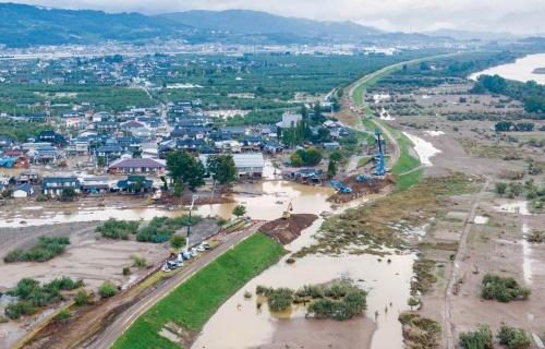 長野市内で決壊した千曲川。堤防の復旧が夜を徹して進められた。2019年10月15日撮影(写真:大村 拓也)