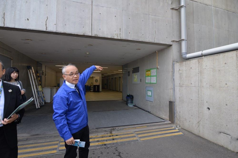 バックヤードの出入り口(写真:日経アーキテクチュア)