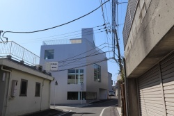左がGAZEBO。山本理顕氏の自宅の他、店舗やシェアオフィスなどが入る。右は山本理顕設計工場の事務所ビル。2棟は徒歩1分程度で行き来できる距離に立つ(写真:日経アーキテクチュア)