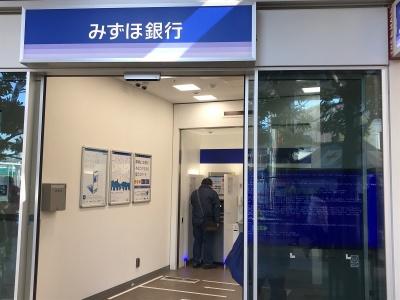 みずほ銀行のATM前で顧客が操作を繰り返していた(2021年2月28日)