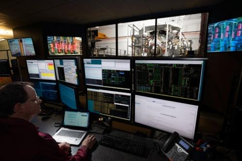 宇宙船オリオンからの収集データを分析する様子