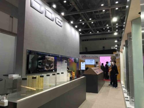 JAPAN SHOP 2021の展示会場に設けられたDDG JAPANの展示ブース。メタルメッシュを挟んだ合わせガラスを中心に展示した(写真:日経クロステック)