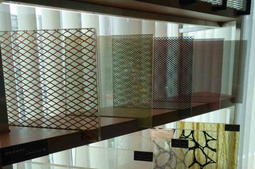 東京・荒川の泉宣宏社内にあるDDG JAPANのショールームには、数々の特殊加工ガラスのサンプルが展示されている。写真はメタルメッシュを挟んだ合わせガラスのバリエーション(写真:日経クロステック)