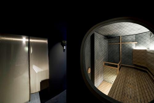 「ソロサウナtune(チューン)」店内。シングル用の他、同性3人までが使用できるサウナ室も用意している。個室には、長さ2mの横になれるベンチを備える。サウナプロデューサーで日本サウナ学会の設立者でもある秋山大輔氏(TTNE)が監修(写真:tune)