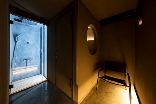 ソロサウナtune店内。400mm口径のオーバーヘッドシャワーを備える。チラー(冷却器)によって水温を10~15度前後に維持し、温冷交代浴の需要に応える(写真:tune)