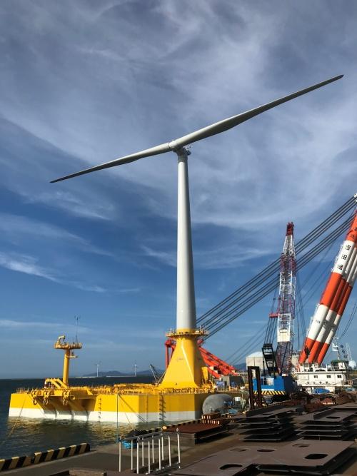 風車を乗せたバージ型の浮体