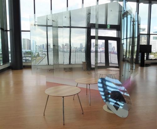 鏡面加工を施した箱型の展示物に、周りの景色が映り込む(写真:日経クロステック)