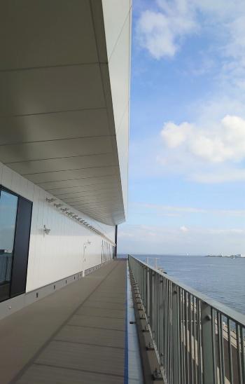 4階の送迎ラウンジからバルコニーに出ると、眼下に東京湾が広がる(写真:日経クロステック)