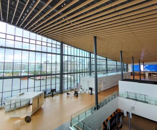 3階フロアの北側。東京国際クルーズターミナルのサインが設置されているすぐ内側に、目的の展示物はあった(写真:日経クロステック)