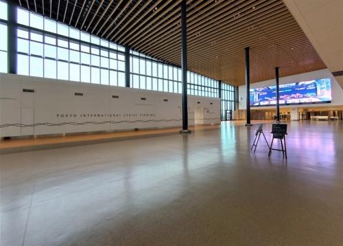 3階にある乗船時のチェックインや検査のスペース。イベントにも使える巨大な空間が広がる(写真:日経クロステック)
