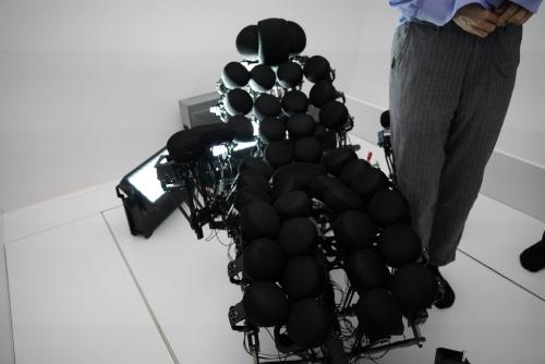 振動子で構成される長椅子に座ることで、背中から足や腕まで振動を感じる