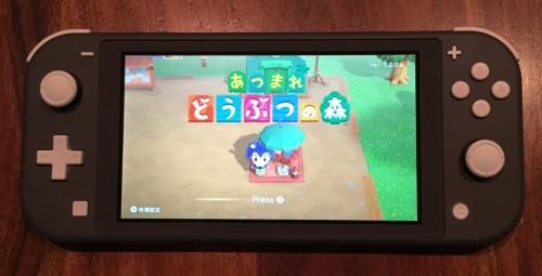 購入した「Nintendo Switch Lite」とあつ森のホーム画面。(c)2020 Nintendo(撮影:日経クロステック)