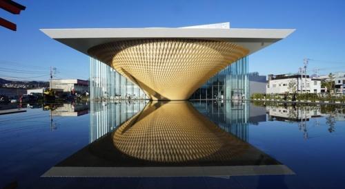 坂茂建築設計による「静岡県富士山世界遺産センター」(2017年)。静岡県の発注で、佐藤工業・若杉組JVが建築の施工を担当した。鉄骨の架構を木格子で覆って「逆さ富士」を築いた。シンテグレートは、設計者による3Dモデルを解析し、施工のほか、鉄骨や木材の製作条件に合致するモデルをつくり、施工会社と製作会社に必要に応じて情報を渡した(写真:シンテグレート)
