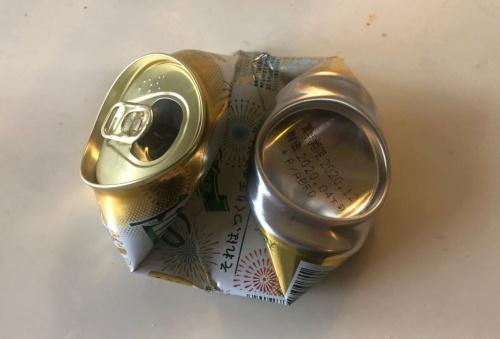 横方向につぶしたアルミ缶