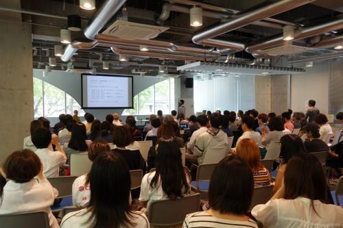 土居氏の最終講義の様子。九州大学大橋キャンパスのデザイン・コモン2階の会場には170人の聴講者が詰め掛けた(写真:日経アーキテクチュア)
