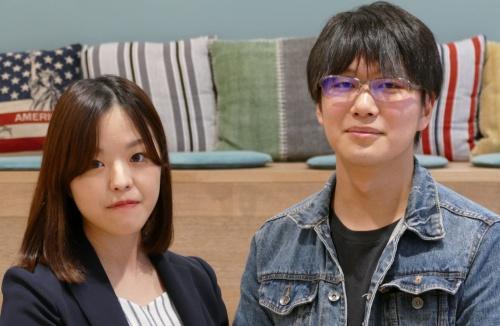 2018年4月にギークスに入社したIT人材事業本部営業部の牧野千夏氏(左)とゲーム事業推進室の井戸智也エンジニア