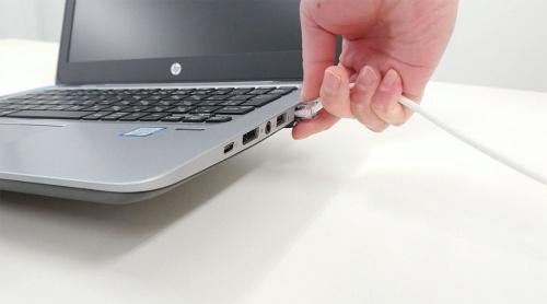 LANケーブルだけでノートパソコンの重さを支える形になり、無理な力がかかってしまう