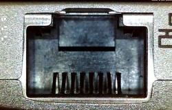 最近の薄型ノートパソコンにあるLANポート。金属製で、形状は規格よりも小さい(上方の「凸」の部分がほとんど無い)