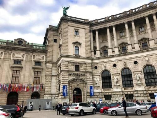 例年はオーストリア・ウィーンのホーフブルク宮殿で開催される「ウィーン・モーター・シンポジウム」。2021年は4月29~30日にオンラインで開催された(撮影:日経クロステック)