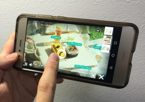 ニトリが公開した「触れる動画」。タップしたアイテムが右側にストックされ情報を取得できる