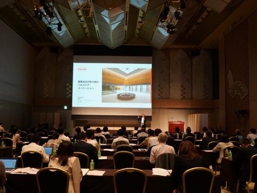 日経BPが主催したカンファレンス「テクノロジーNEXT2019」の様子。武田薬品工業の取締役ジャパンファーマビジネスユニットプレジデントの岩崎真人氏らが講演した。