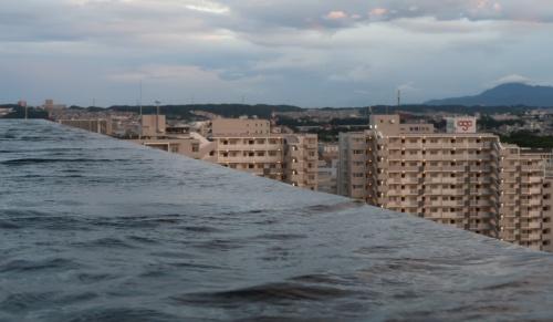 インフィニティプールの水際。直線の水面と立川の街並みが交差する不思議な取り合わせ(写真:日経クロステック)