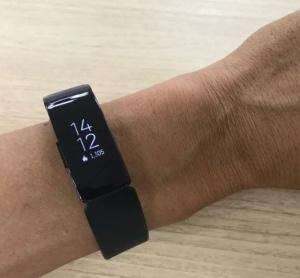 筆者が24時間身に着けている、米Fitbit(フィットビット)の「inspire HR」。重さは18gと軽い。50m防水に対応、5日間連続使用できる