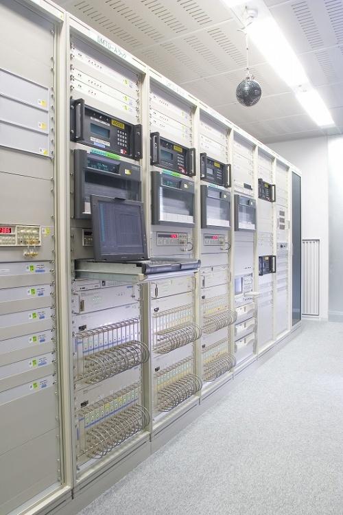日本におけるUTCを決めている情報通信研究機構内の設備