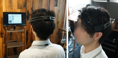 脳波を計測する機器を装着した様子、センサーの先端が頭皮に触れるように髪の毛をかき分ける