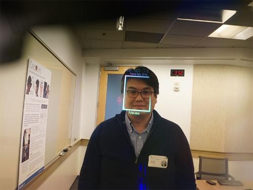 HoloLensのアプリ「Cardiolens」で心拍数を計測されている筆者