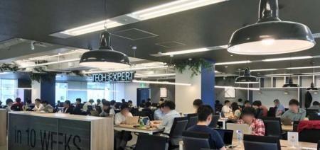 東京・渋谷にある「TECH::EXPERT」の教室。受講生がプログラミングを猛勉強している