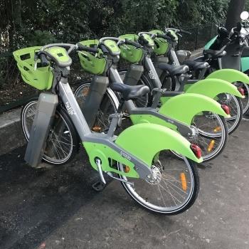Velibはパリ市が2007年から提供するシェア自転車サービス。「ステーション」と呼ばれる専用の駐輪場が街のあちこちにあり、ここから自転車をセルフで借りることができる。空いているステーションならどこでも返却できる